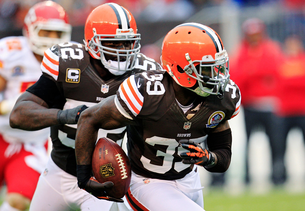 . Cleveland Browns cornerback Tashaun Gipson (39) returns an interception against the Kansas City Chiefs in the thid quarter of an NFL football game, Sunday, Dec. 9, 2012, in Cleveland. Browns linebacker D\'Qwell Jackson (52) follows Gipson. (AP Photo/Tony Dejak)