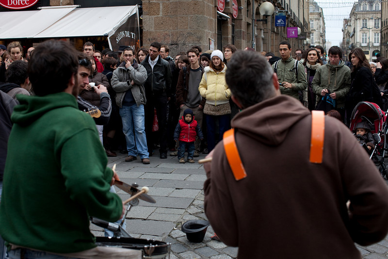 A little kid appreciates a street band in Rennes