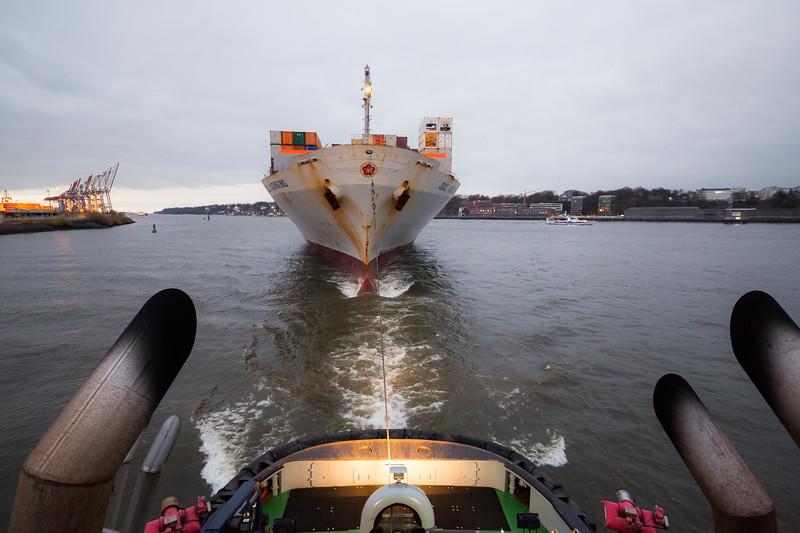 Containerschiff im Schlepp BUGSIER 5 im Köhlbrand Hamburg