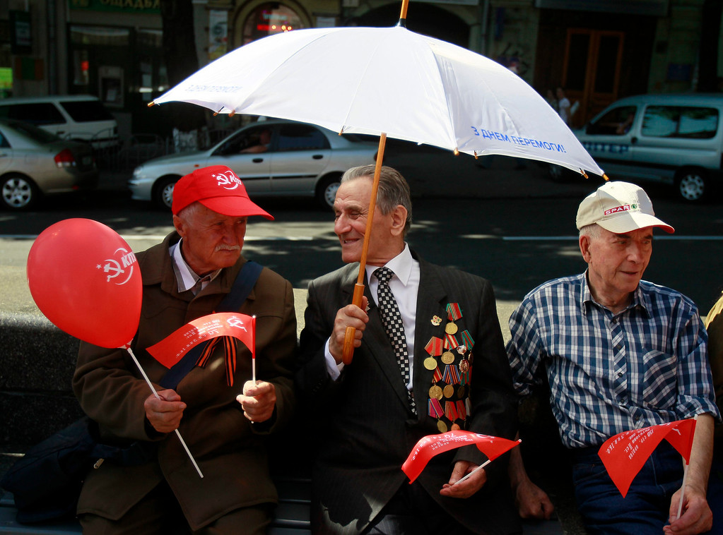 . World War Two veterans chat in the centre of Kiev May 9, 2013. Ukraine commemorates the 68th anniversary of the Soviet Union\'s victory over Nazi Germany on May 9.  REUTERS/Gleb Garanich