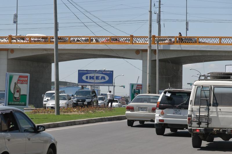 Der Verkehr auf den mit Schlaglöchern gespickten Strassen ist enorm. Man beachte das KEA Schild!