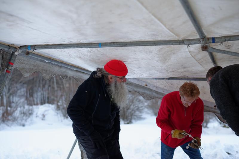 Fixation de la toile sur la structure gelée , brrrrr