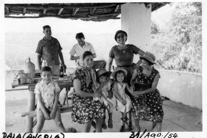 Dala, 31 Agosto 1954 Avelino Diniz ( Samokinda), Mariazinha Diniz ( de oculos ), D. Ester Melo Abreu, Misita Melo Abreu, Toni Diniz e ???