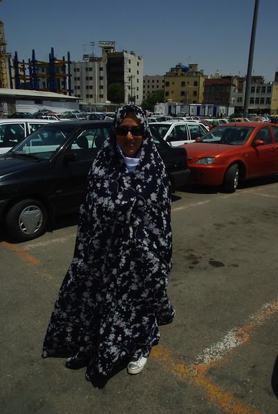 Mariam w czadorze przed wejÅ›ciem do najÅ›wiÄ™trzego miejsca w Iranie