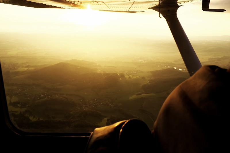 Kopce u Brníčka a Kolšova (Kolšov za kopcem ve světle, Brníčko blíže k nám ve stínu kopců)