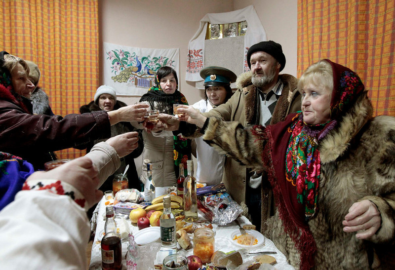 """. People celebrate the pagan rite called \""""Kolyadki\"""" in the village of Zhazhelka, some 48 km (30 miles) east of Minsk, January 7, 2013. Kolyada is a pagan winter holiday, which over the centuries has merged with Orthodox Christmas celebrations in Ukraine and some parts of Belarus.  REUTERS/Vasily Fedosenko"""