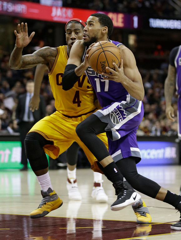 . Sacramento Kings\' Garrett Temple (17) drives against Cleveland Cavaliers\' Iman Shumpert (4) in the first half of an NBA basketball game, Wednesday, Jan. 25, 2017, in Cleveland. (AP Photo/Tony Dejak)