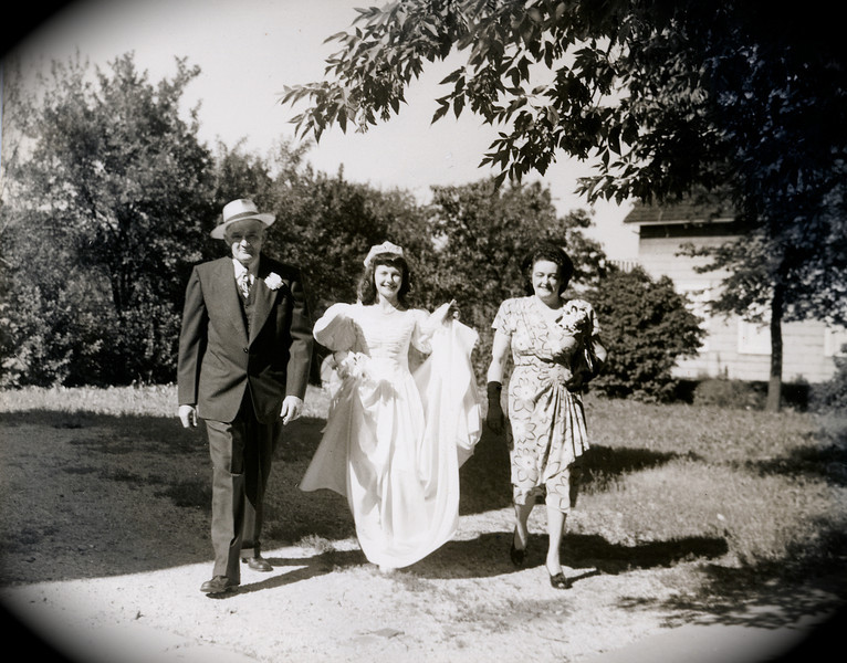 Dodie arriving at her wedding with Charlie & Thelma Rausch(Dodie's adoptive parents)