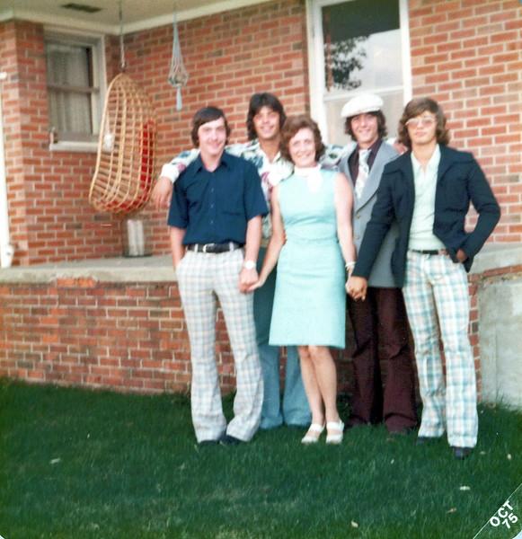 1975 Viv and Kris' friends.jpeg