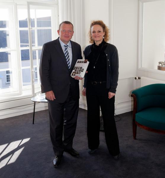 """Overrækkelse af """"Nu Gælder Det Danmark!"""" til tidligere statsminister Lars Løkke Rasmussen"""