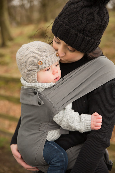 Izmi_Baby_Carrier_Mid_Grey_Lifestyle_Front_Carry_Mum_Kissing_Baby.jpg