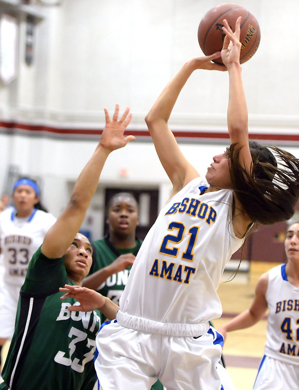 . Bishop Amat\'s Paulina Santana (21) shoots past Bonita\'s Nikki Wheatley (C) (33) in the first half of the Covina basketball tournament at Covina High School in Covina, Calif., on Saturday, Dec. 14, 2013. Bonita won 49-41.   (Keith Birmingham Pasadena Star-News)