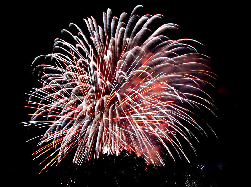 In the sprit of ID4 celebrations coming up in the US, this weeks shot is from the fireworks show that was shot from previous years. July 4 celebrations, or pretty much any celebrations across the world is not complete without fireworks. It is always much more fun to select fireworks of ur own choice and blast them in ur back yard or streets, like we do for Diwali in India. But the other way of having organized preplanned firework shows gives an option for amazing photo opportunities.