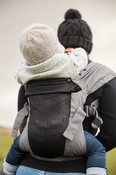 Izmi_Baby_Carrier_Breeze_Mid_Grey_Lifestyle_Back_Carry_Back_Zoom.jpg