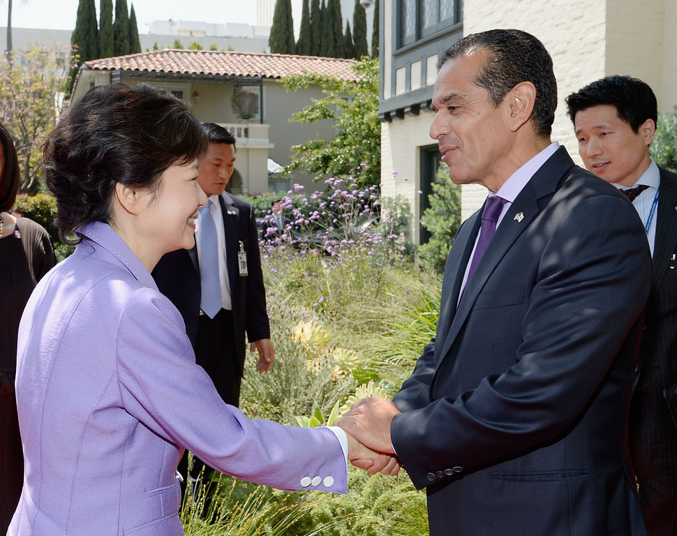 . South Korean President Park Geun-hye (L) is greeted by Los Angeles Mayor Antonio Villaraigosa as she arrives for a welcoming luncheon at Getty House on May 9, 2013 in Los Angeles, California.   (Photo by Kevork Djansezian/Getty Images)