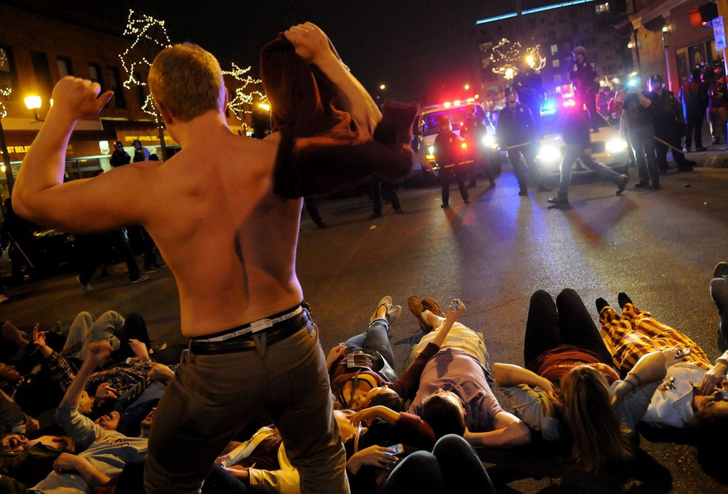 ". <p>1. DINKYTOWN �RIOTS� <p>Minnesota students have a real 60s moment ... as in IQs in the 60s. (unranked) <p><b><a href=\'http://www.twincities.com/localnews/ci_25559591/19-arrested-dinkytown-after-gophers-frozen-four-loss\' target=""_blank\""> HUH?</a></b> <p>    (Pioneer Press: Sherri LaRose-Chiglo)"