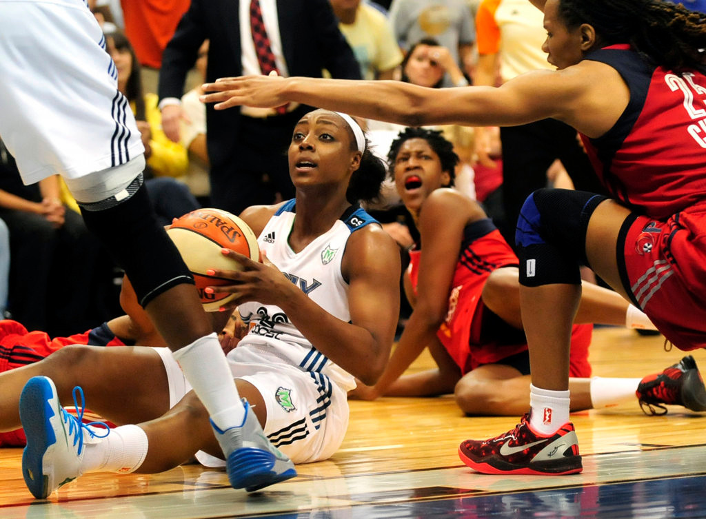 . Minnesota\'s Monica Wright recovers a loose ball and looks for a teammate late in the second half. At right is Washington\'s Monique Currie, with Washington\'s Michelle Snow on the floor in the background.  (Pioneer Press: Scott Takushi)