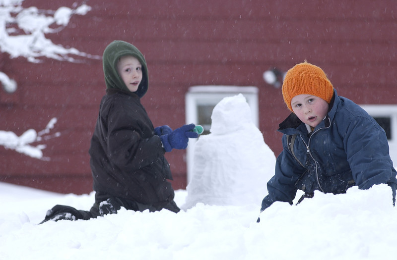 2/22/04  Russ Dillingham photos  Boys kids family playing in snow on Manning place