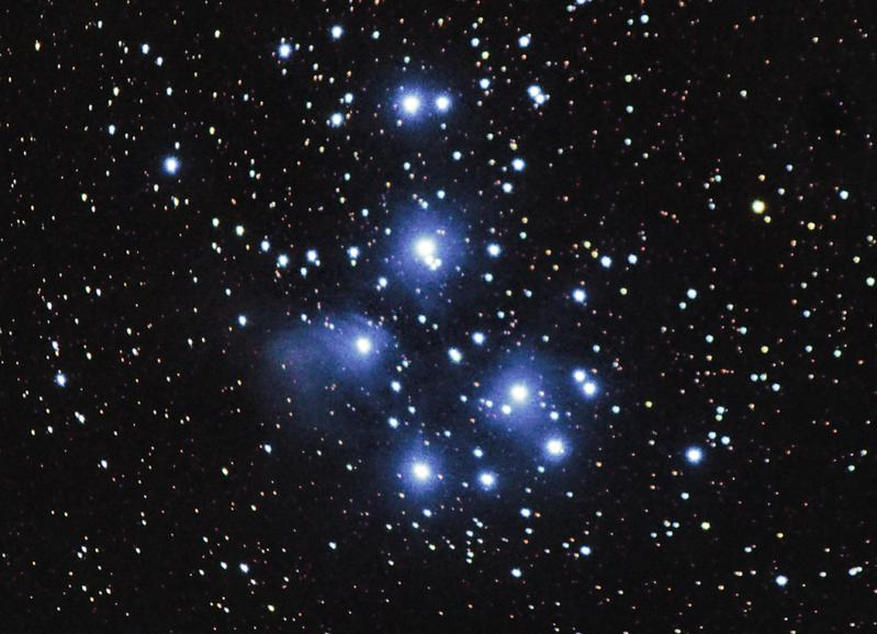 Fotografováno doslova na dvoře penzionu Na Čechách - otevřená hvězdokupa M45 Plejády v Býku. Celkově zhruba 30 minut expozice. (Canon 600D, EF-S 55-250 @ 250 mm f/5.6, 19x90 s, ISO 800, flat, dark, bias, EQ2 bez pointace)