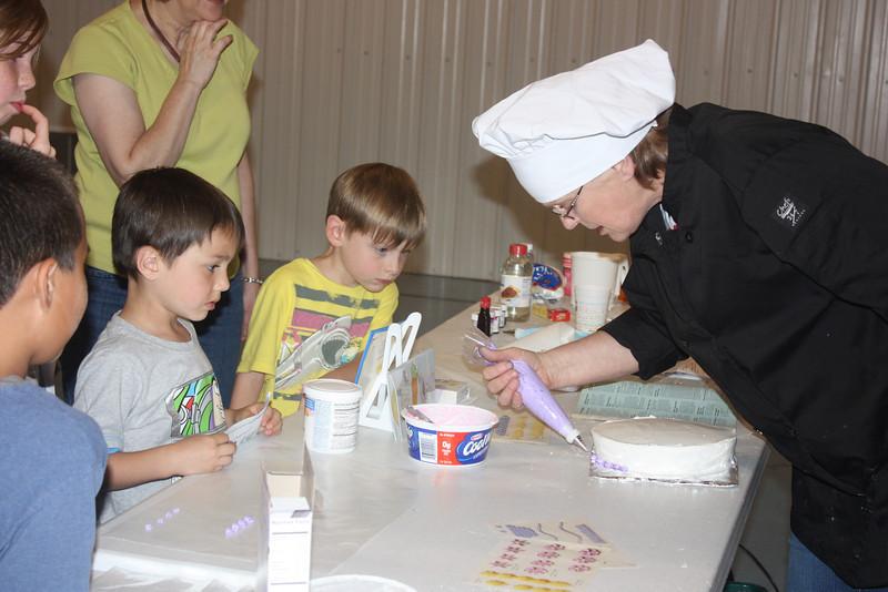 Mid-Week Adventures - Cake Decorating -  6-8-2011 094.JPG