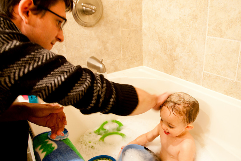 Corey gives Hunter a bath during a visit to Oak Forest, Illinois on Sunday, Ocober 17, 2010.  (Jay Grabiec)