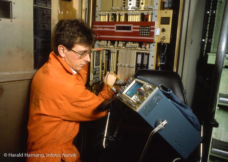 KV, NAVKIS, trolig service/feilsøking av elektronikk på marinefartøy.