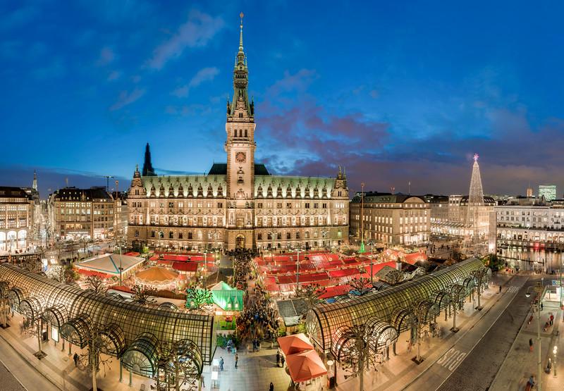 Prachtvoller Ausblick auf das Hamburger Rathaus mit Weihnachtsmarkt am Abend