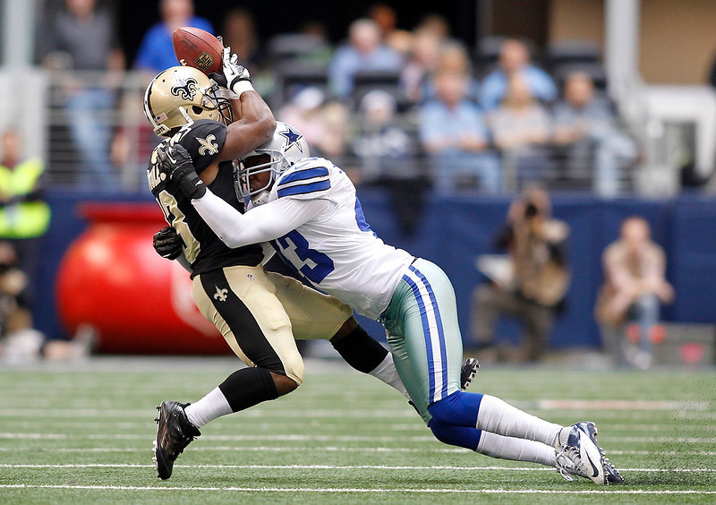 . New Orleans Saints running back Darren Sproles (L) is unable to make the catch as he is hit by Dallas Cowboys safety Gerald Sensabaugh in the second half of their NFL football game in Arlington, Texas December 23, 2012.  REUTERS/Mike Stone