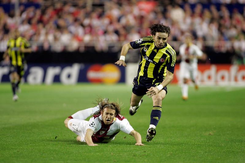Gökhan Gönül (Fenerbahçe) committing foul on Diego Capel (Sevilla). UEFA Champions League first knockout round game (second leg) between Sevilla FC (Seville, Spain) and Fenerbahce (Istambul, Turkey), Sanchez Pizjuan stadium, Seville, Spain, 04 March 2008.