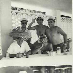 piscina Andrada;  eng Gomes de Araújo de pé, ao centro, e à direita a fazer peito o Mendonca