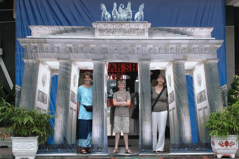 Der Eingang zum deutschen Laden in Bandar.