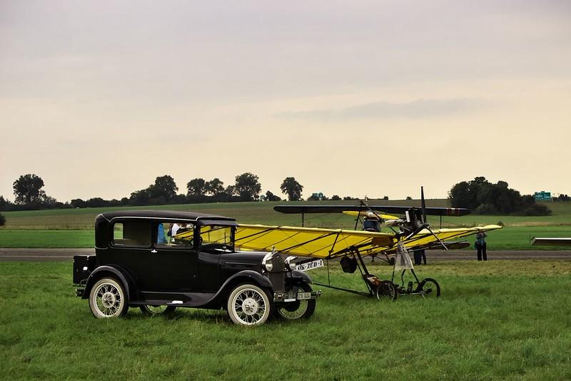 Vůz Ford A z roku 1927 a replika letadla Demoiselle z roku 1909