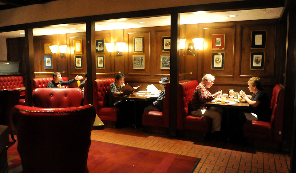 . Patrons eat at Hamburger Hamlet on Lake Ave. which is changing to Dupar\'s Restaurant & Bakery in Pasadena, Calif., on Thursday, Jan.2, 2014.   (Keith Birmingham Pasadena Star-News)