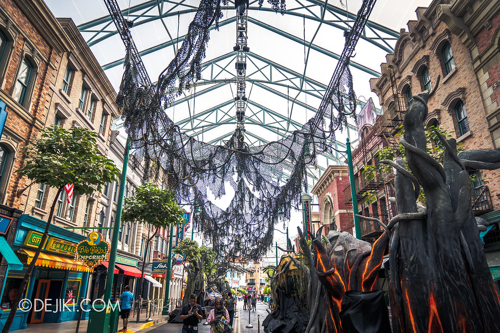 Universal Studios Singapore Halloween Horror Nights 8 / Apocalypse Earth scare zone overhanging vines