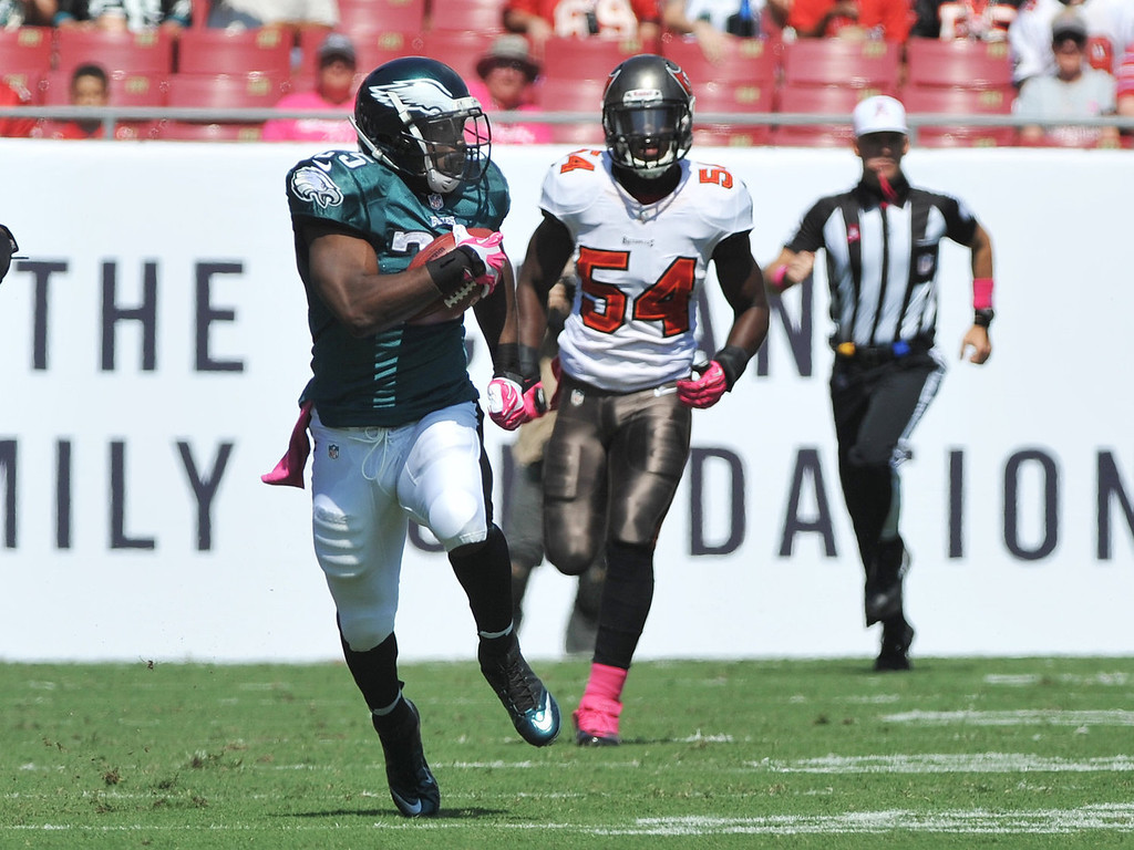 . Running back LeSean McCoy #25 of the Philadelphia Eagles rushes upfield in the 1st quarter against the Tampa Bay Buccaneers October 13, 2013 at Raymond James Stadium in Tampa, Florida. (Photo by Al Messerschmidt/Getty Images)