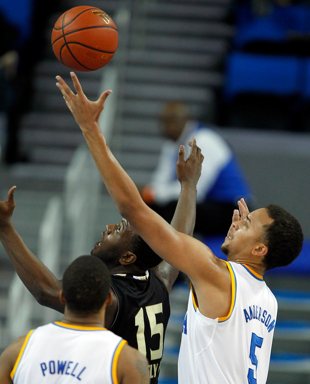 . Oakland forward Lloyd Neely II (15) looks up for the ball in front of UCLA guard Kyle Anderson, right, during the second half of an NCAA college basketball game Tuesday, Nov. 12, 2013, in Los Angeles. UCLA won 91-60.  (AP Photo/Alex Gallardo)