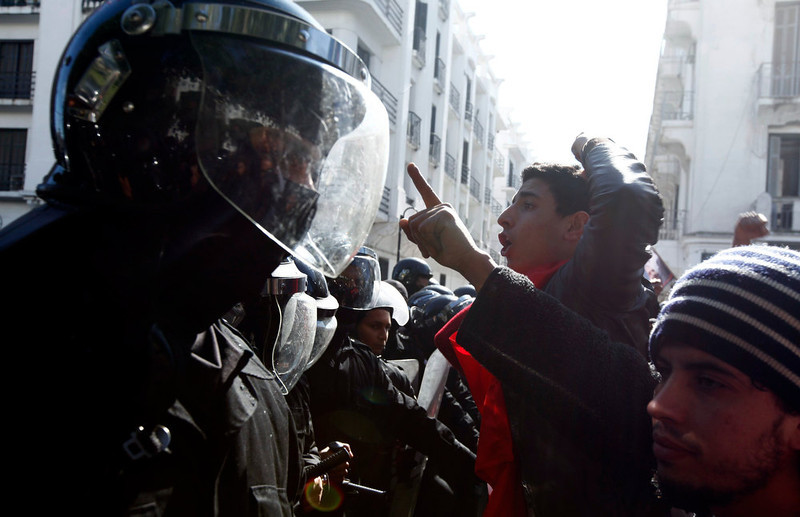 . Tunisian protesters clash with riot police during a demonstration after the death of Tunisian opposition leader Chokri Belaid, outside the Interior ministry in Tunis February 6, 2013. Tunisia\'s secular opposition Popular Front said it was pulling out of the constituent assembly charged with writing a constitution after an opposition politician was killed on Wednesday. REUTERS/Anis Mili