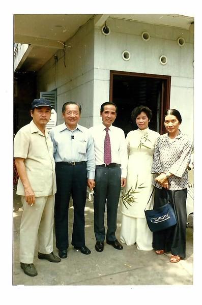 Thầy Cô Phạm Kế Viêm-Diệu Tâm (giữa)