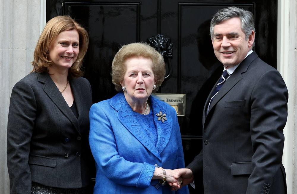 . Gordon Brown, U.K. prime minister, right, and his wife Sarah, left, stand with Margaret Thatcher, the former U.K. Prime Minister, center, on the steps of 10 Downing Street, in London, U.K., on Monday, Nov. 23, 2009. Thatcher, the former U.K. prime minister who helped end the Cold War and was known as the ìIron Ladyî for her uncompromising style, died today. She was 87. Photographer: Simon Dawson/Bloomberg *** Local Caption *** Gordon Brown; Sarah Brown; Margaret Thatcher