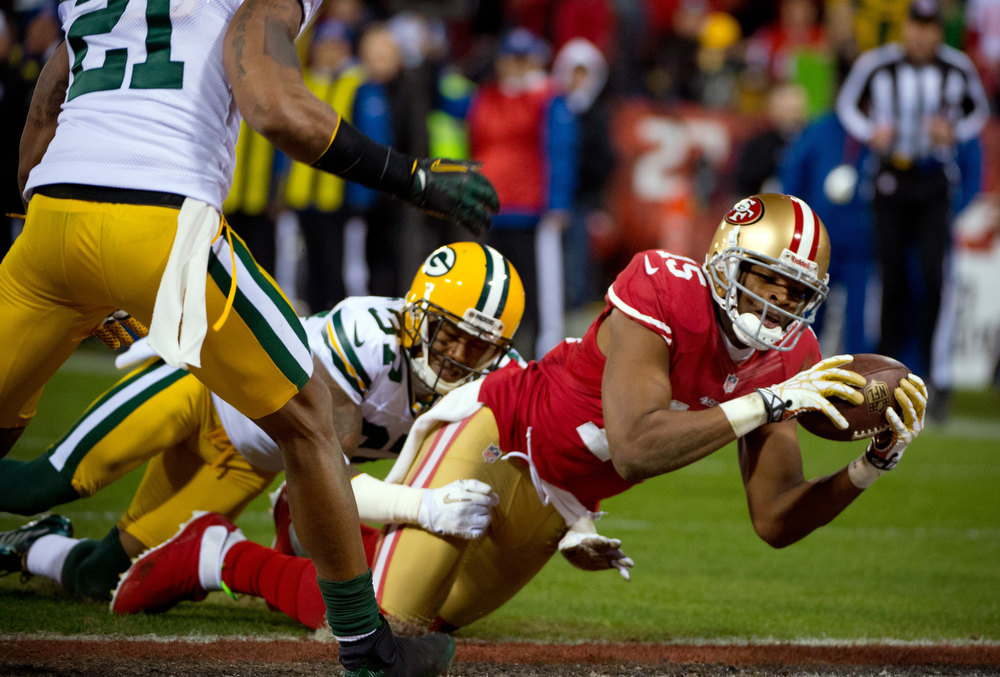 Description of . San Francisco 49ers' Michael Crabtree dives into the end zone for a touchdown under pressure from Green Bay Packers San Shields during the second quarter of during an NFC divisional playoff NFL football game on Saturday, Jan. 12, 2013, in San Francisco. (AP Photo/The Sacramento Bee, Jose Luis Villegas)