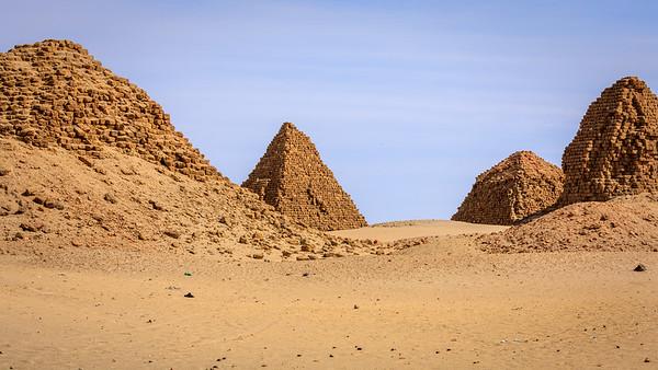 von links nach rechts: Nu 18 Analmaaje, Nu 8 Aspelta, Nu 7 Karakamani, Nu 6 Anlamani (rechts), Nuri, Sudan