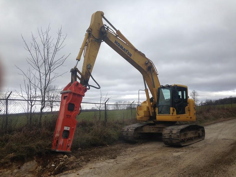 NPK GH12 hydraulic hammer on Komatsu excavator (3).JPG