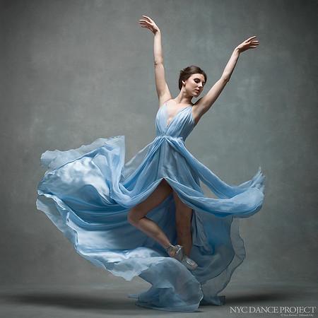 Bailarina poses