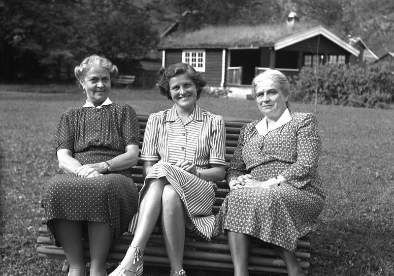 Farmor mormor og mor i Laerdal i 1948.jpg