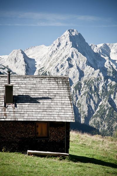 Lögerhütte mit Spitzmauer