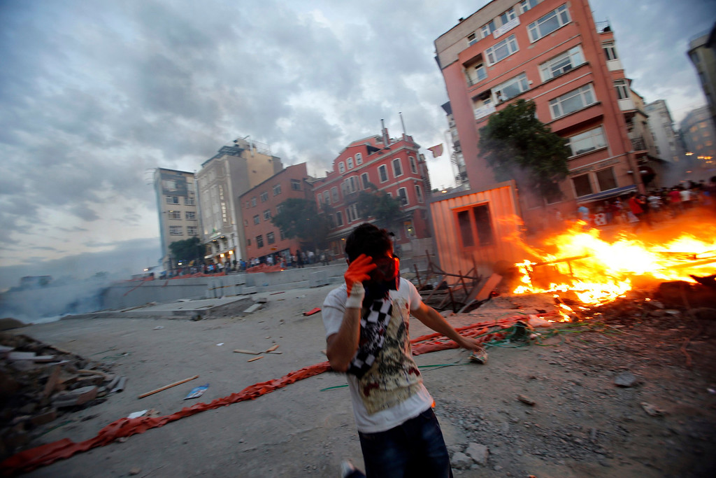 . Demonstrators set fire to barricades as they clash with riot police during an anti-government protest at Taksim Square in central Istanbul May 31, 2013. Turkish police fired tear gas and water cannon on Friday at demonstrators in central Istanbul, wounding scores of people and prompting rallies in other cities in the fiercest anti-government protests for years. REUTERS/Murad Sezer