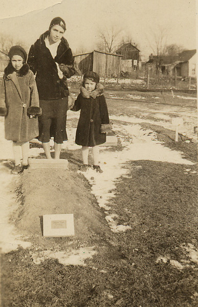 At Laura Maes grave.jpg