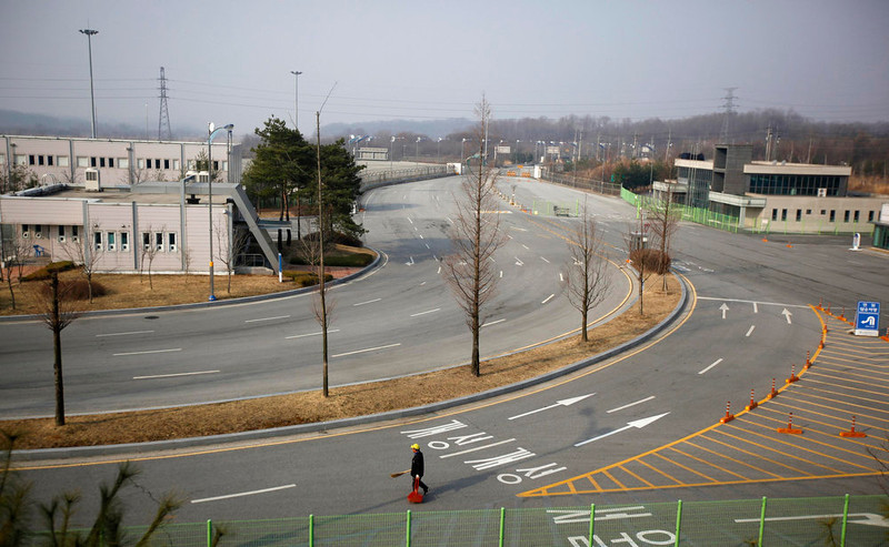 . A cleaner walks on an empty road connecting the Kaesong Industrial Complex (KIC) with the South\'s Customs, Immigration and Quarantine (CIQ), just south of the demilitarized zone separating the two Koreas, in Paju, north of Seoul, April 4, 2013. North Korea barred entry to a joint industrial complex it shares with the South for a second day on Thursday, Seoul\'s Unification Ministry said, and demanded extended notice of when hundreds of South Korean workers planned to leave.   REUTERS/Kim Hong-Ji