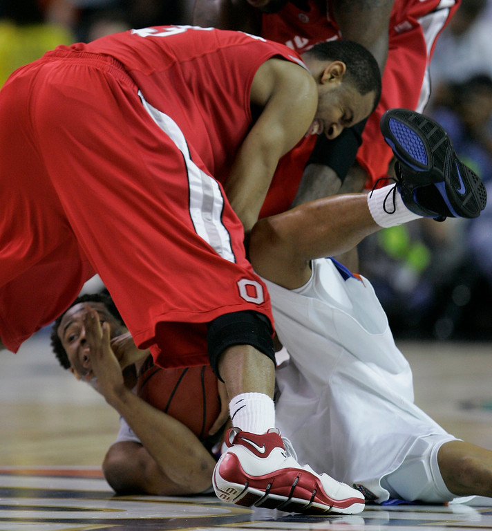 . Ohio State forward Ivan Harris, top, fights for the ball with Florida\'s Taurean Green during the second half of the Final Four basketball championship game at Georgia Dome in Atlanta, Monday, April 2, 2007. (AP Photo/Eric Gay)