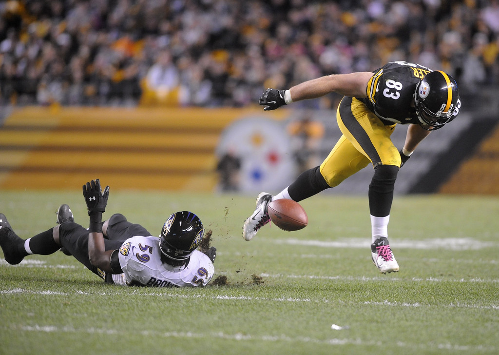 . Heath Miller #83 of the Pittsburgh Steelers drops the ball while being defended by Arthur Brown #59 of the Baltimore Ravens during the fourth quarter at Heinz Field on October 20, 2013 in Pittsburgh, Pennsylvania. (Photo by Vincent Pugliese/Getty Images)